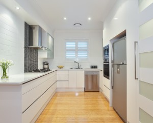 beautiful-u-shaped-kitchen-layout-white-window-blinds-white-countertop-white-kitchen-cabinet-gas-stove-with-cooking-hood-lighting-fixtures