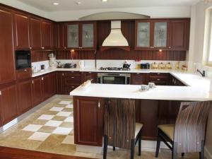 TS-158675353_Kitchen-U-Shape_s4x3_lg